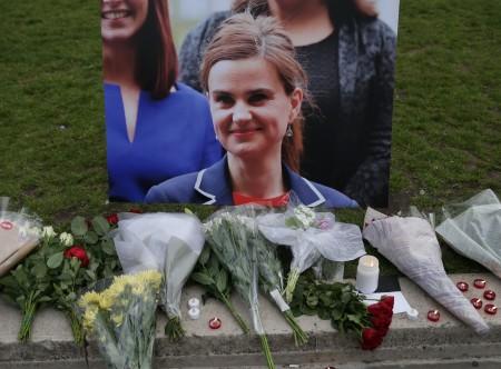 2016年6月16日,英國議會議員喬·考克斯遭攻擊身亡。圖為案發現場,民眾以鮮花和相片表達悼念。(OLI SCARFF/AFP/Getty Images) DANIEL LEAL-OLIVAS/AFP/Getty Images)