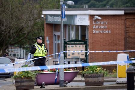 2016年6月16日,英國議會議員喬·考克斯遭攻擊身亡。圖為警方封鎖案發現場附近區域。(OLI SCARFF/AFP/Getty Images)