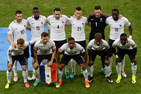 东道主法国队占据天时地利人和,被视为是本届欧洲杯冠军的最大热门。图为6月19日与瑞士比赛的先发阵容。(DENIS CHARLET/AFP/Getty Images)