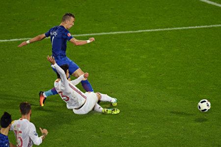 克罗地亚球员佩里西奇(蓝色球衣者)突破西班牙球员的防守,射门得分。(Dennis Grombkowski/Getty Images)