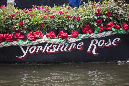名为'Yorkshire Rose'的船上装饰着红色的玫瑰花,悼念已故议员乔·考克斯。 (Jack Taylor/Getty Images)
