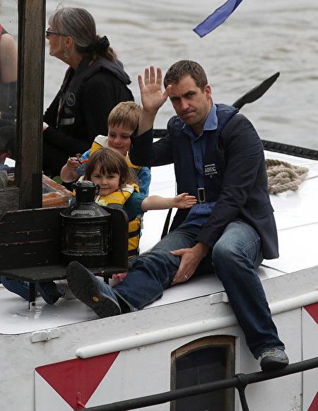 2016年6月22日,英国伦敦,英国遇刺女议员乔·考克斯的丈夫携二名稚子搭船准备参加纪念活动 。(Dan Kitwood/Getty Images)