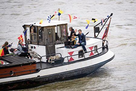 2016年6月22日,英国伦敦,英国遇刺女议员乔·考克斯的丈夫携二名稚子出席纪念活动 。(Dan Kitwood/Getty Images)