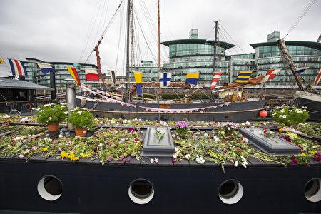 2016年6月22日,英国伦敦,民众以鲜花和纪念品悼念已故的遇刺女议员乔·考克斯。(Jack Taylor/Getty Images)