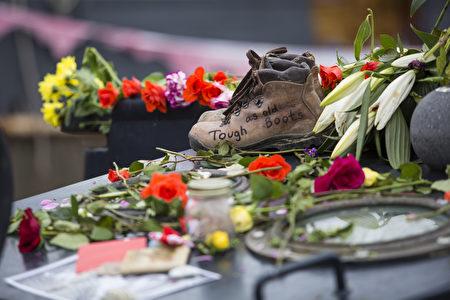2016年6月22日,英国伦敦,民众以鲜花和纪念品悼念已故的遇刺女议员乔·考克斯。(Dan Kitwood/Getty Images)(Jack Taylor/Getty Images)