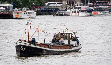 2016年6月22日,英国伦敦,英国遇刺女议员乔·考克斯的丈夫携二名稚子出席纪念活动 。(LEON NEAL/AFP/Getty Images)