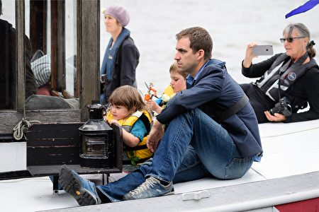 2016年6月22日,英国伦敦,英国遇刺女议员乔·考克斯的丈夫携二名子搭船准备参加纪念活动 。(LEON NEAL/AFP/Getty Images)