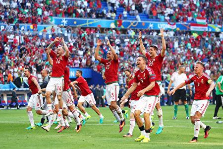 匈牙利队球员6月22日获胜后高兴欢呼。(Julian Finney/Getty Images)