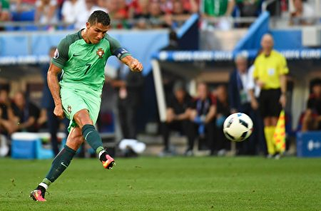 C罗是葡萄牙队的王牌球员。(PHILIPPE DESMAZES/AFP/Getty Images)
