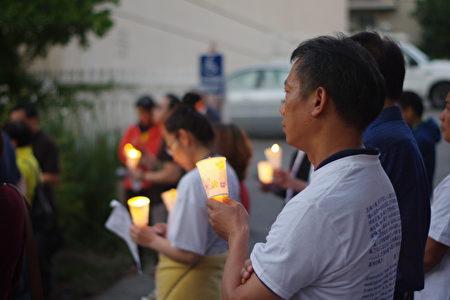 """6月4日晚,洛杉矶民众在中领馆前烛光纪念""""六四""""27周年。(刘菲/大纪元)"""