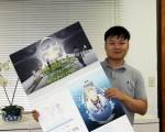 金城霖與他的設計「漂浮之城」。(徐綉惠/大紀元)