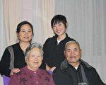 楊臻(二排右邊)、母親張紅茹(二排左邊)和姥姥、姥爺。(楊臻提供)