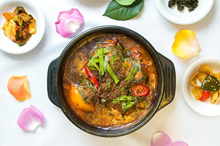 添加了粟子葉和粟子籽的「脊骨土豆湯火鍋」,口味獨特,與眾不同。(Benjamin Chasteen/大紀元)
