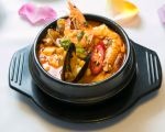 「元祖豆腐煲」的豆腐煲有非常多的選擇,除了常見的海鮮、牛肉、豬肉豆腐煲外,還有海鮮與牛肉、豬肉的混合豆腐煲,(Benjamin Chasteen/大紀元)