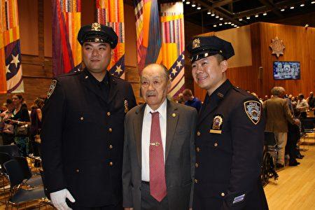 華埠市警五分局的社區聯絡官張子華(左)、市警總局巡邏長李冠俊(右)獲晉升為警探,與社區人士合影。
