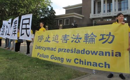 6月19日,波蘭法輪功學員在華沙中使館門前。(Tomek O/大紀元)