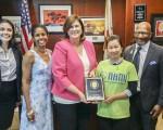 彭一玲(右2)代表NAMI為加州眾議員蘇珊•博尼利亞(左3)頒發2016年最佳立委獎。(彭一玲提供)