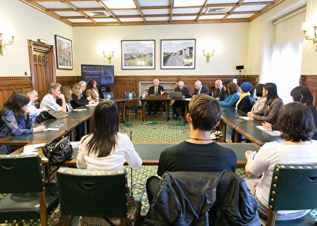 7月4日下午在英国国会大厦内,丹尼尔.赛克纳议员(Daniel Zeichner MP)主持中共强摘法轮功学员器官为主题的研讨会。(罗元/大纪元)