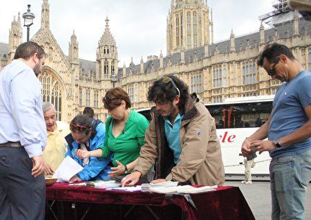 民众签名反对中共强摘法轮功学员器官。(李景行/大纪元)