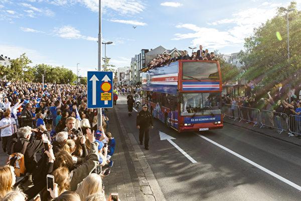 冰岛球员荣归故里 万人空巷夹道欢迎