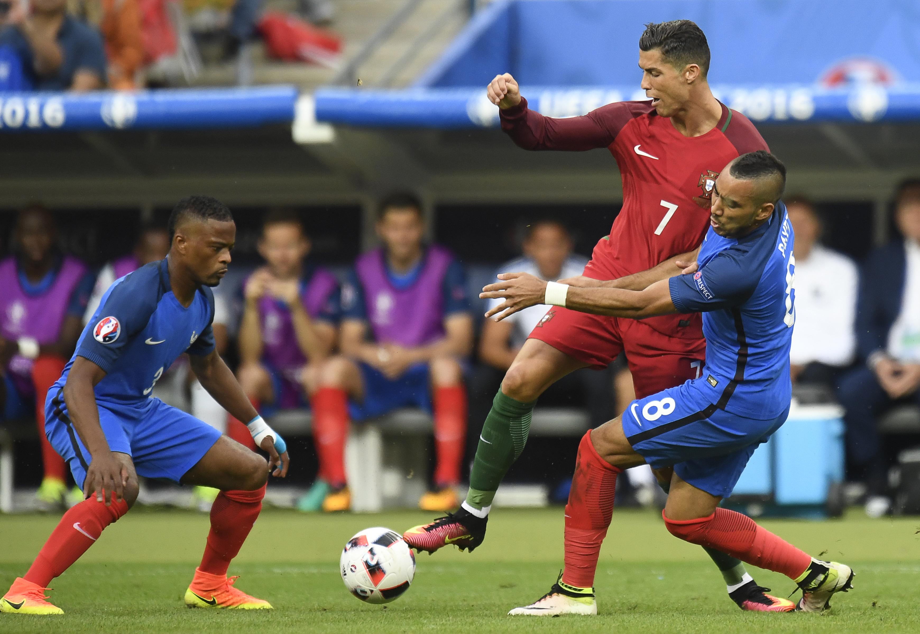 法國後衛艾拉(左)、法國前鋒皮耶與葡萄隊主將C.朗(中)在比賽中。(PHILIPPE DESMAZES/AFP)