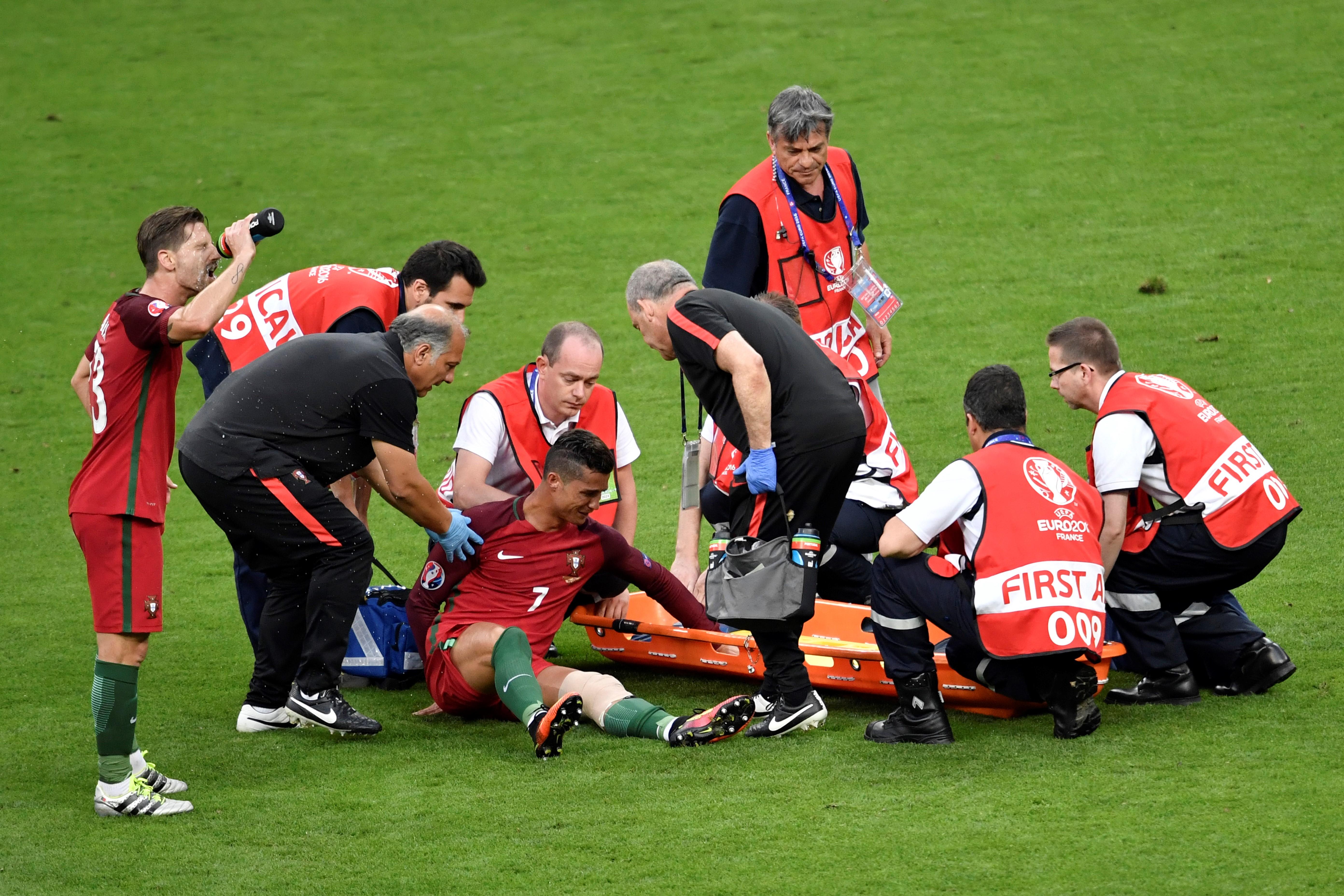 葡萄牙前鋒C.朗受傷後醫務人員準備將其抬上擔架。(PHILIPPE LOPEZ/AFP)