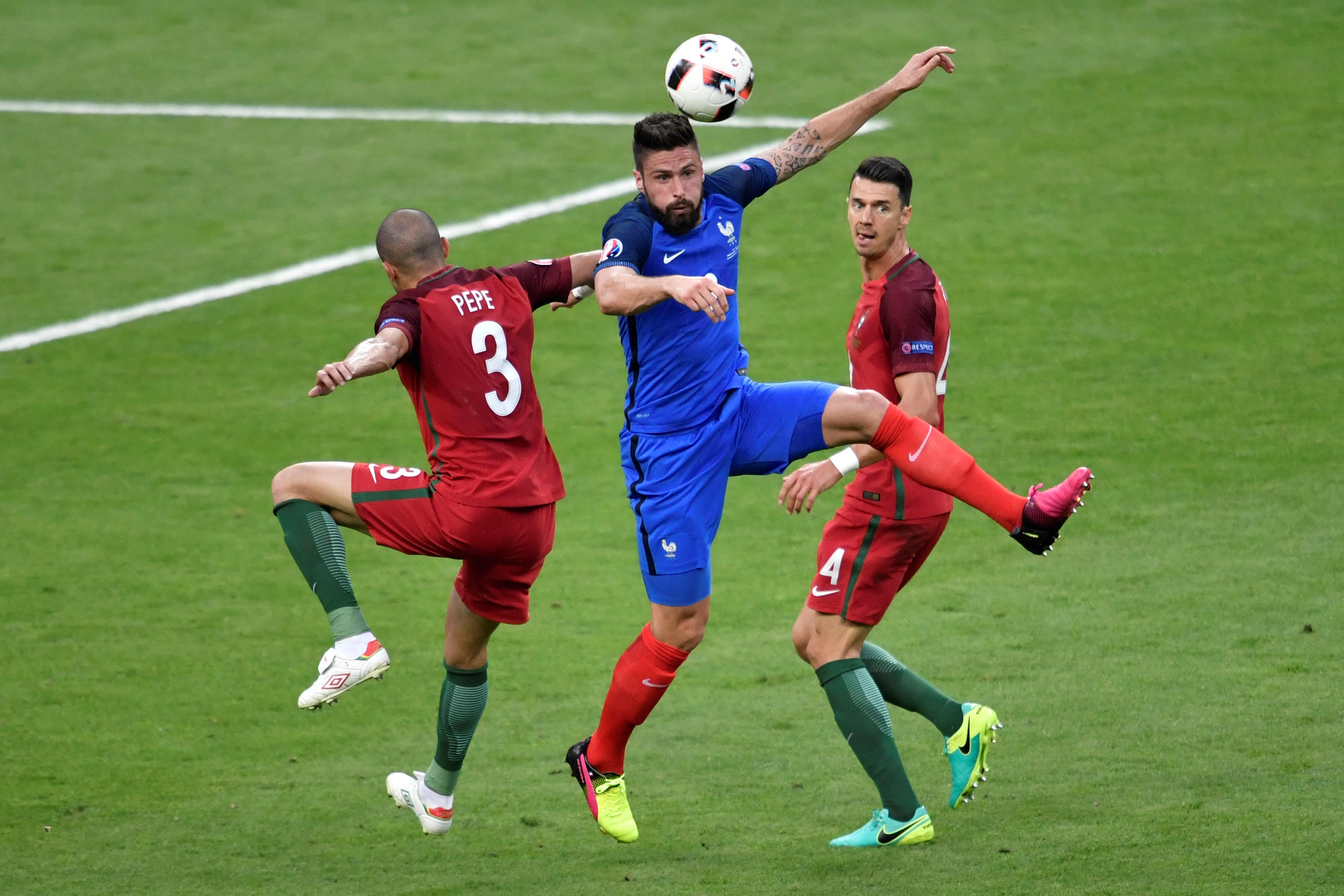 法國前鋒基奧特(中)和葡萄牙中場衛比比(左)在比賽中。(LOPEZ/AFP)