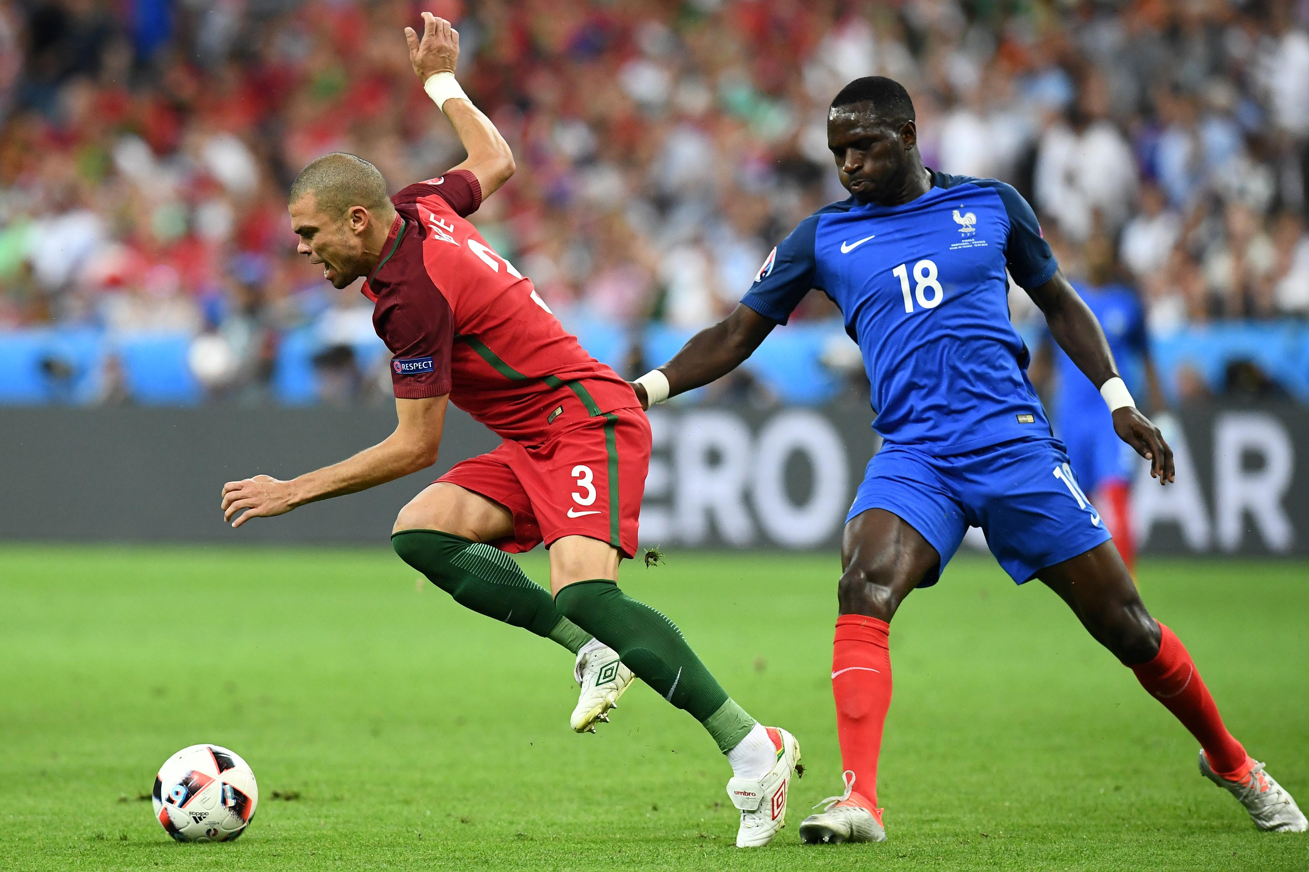 葡萄牙中場比比與法國中場穆薩·穆沙施素高在比賽中爭球。(FRANCK FIFE/AFP)