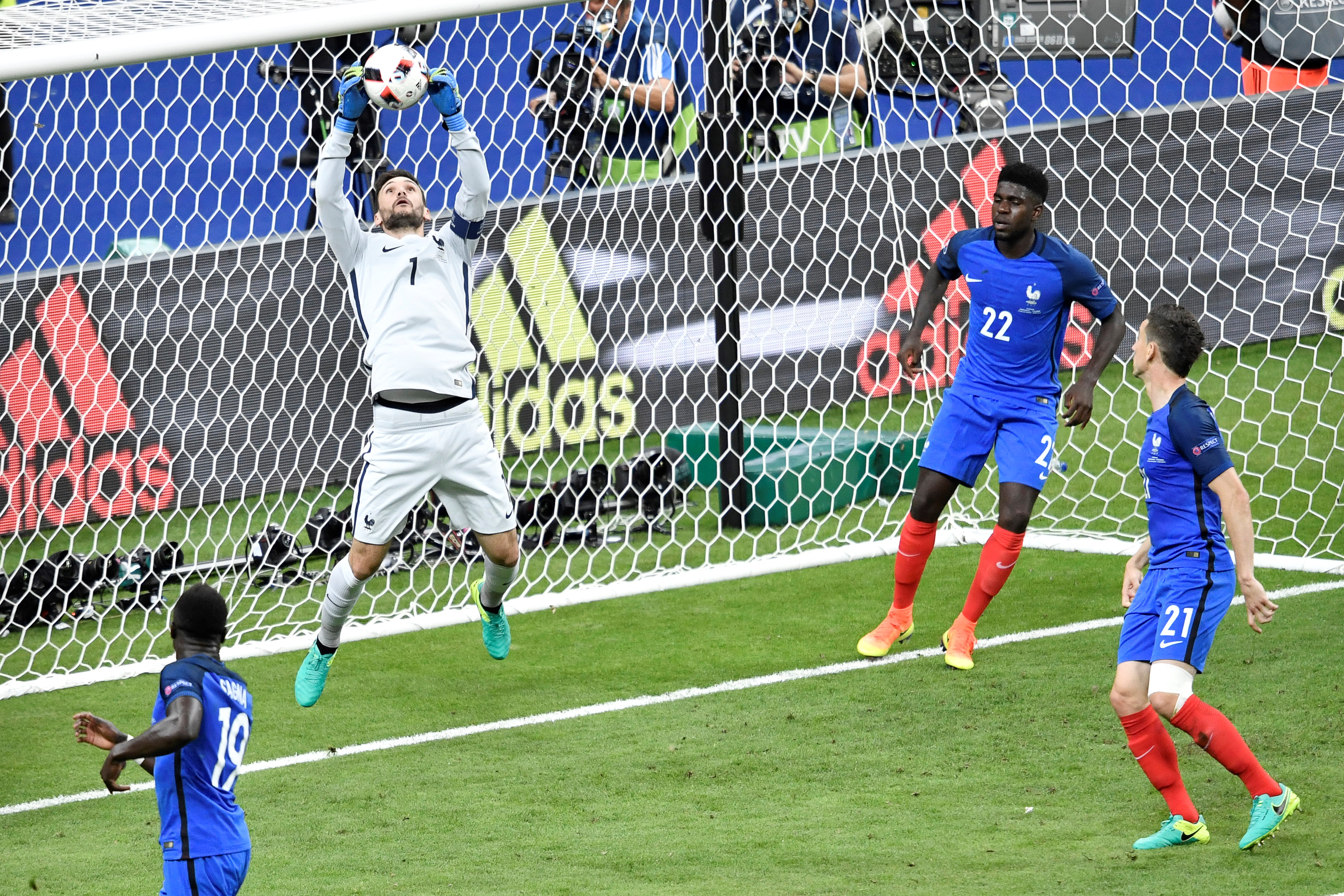 法國門將洛里斯跳起來接住葡萄牙隊的射門。(PHILIPPE LOPEZ/AFP)