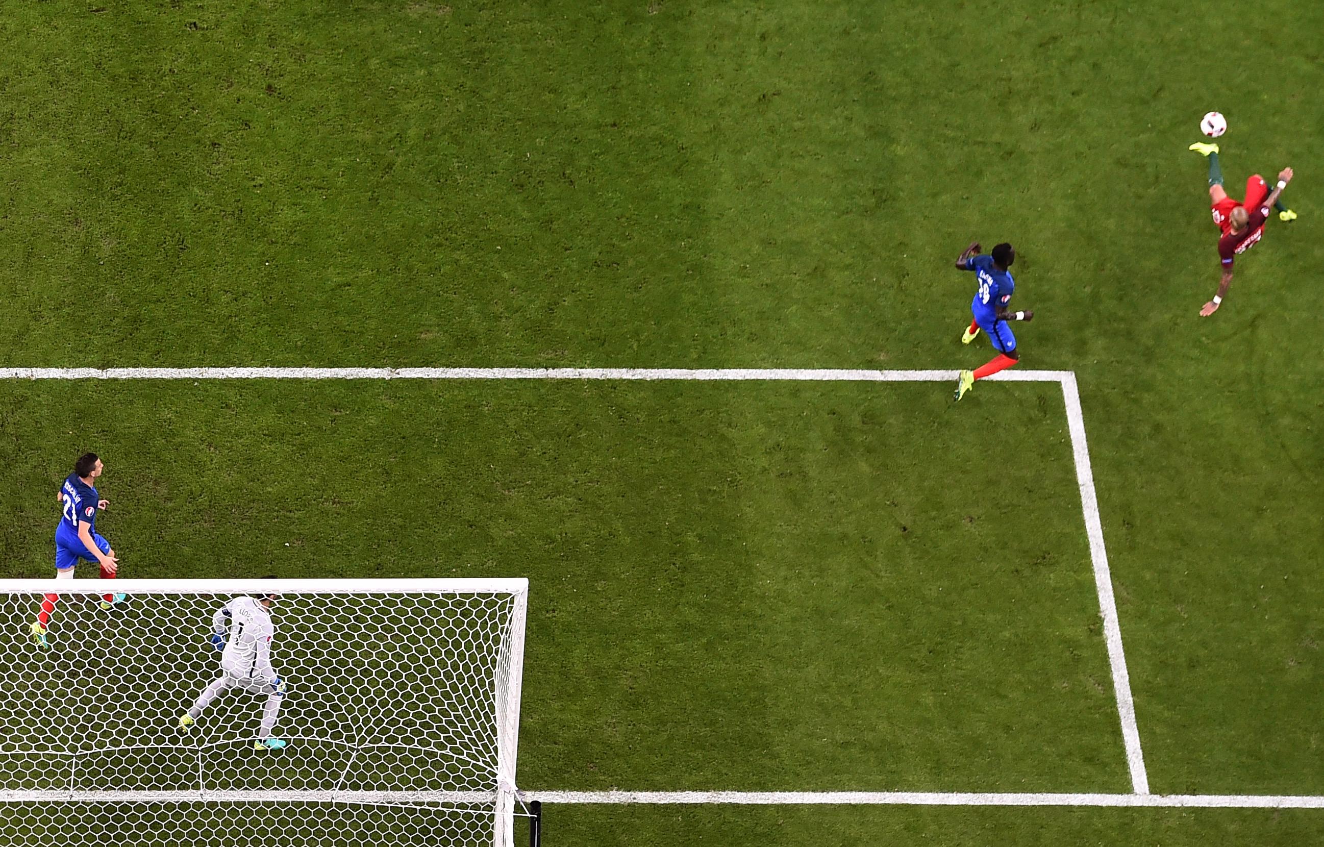 葡萄牙中場比比在比賽中射球時的瞬間。(Francisco LEONG/AFP)