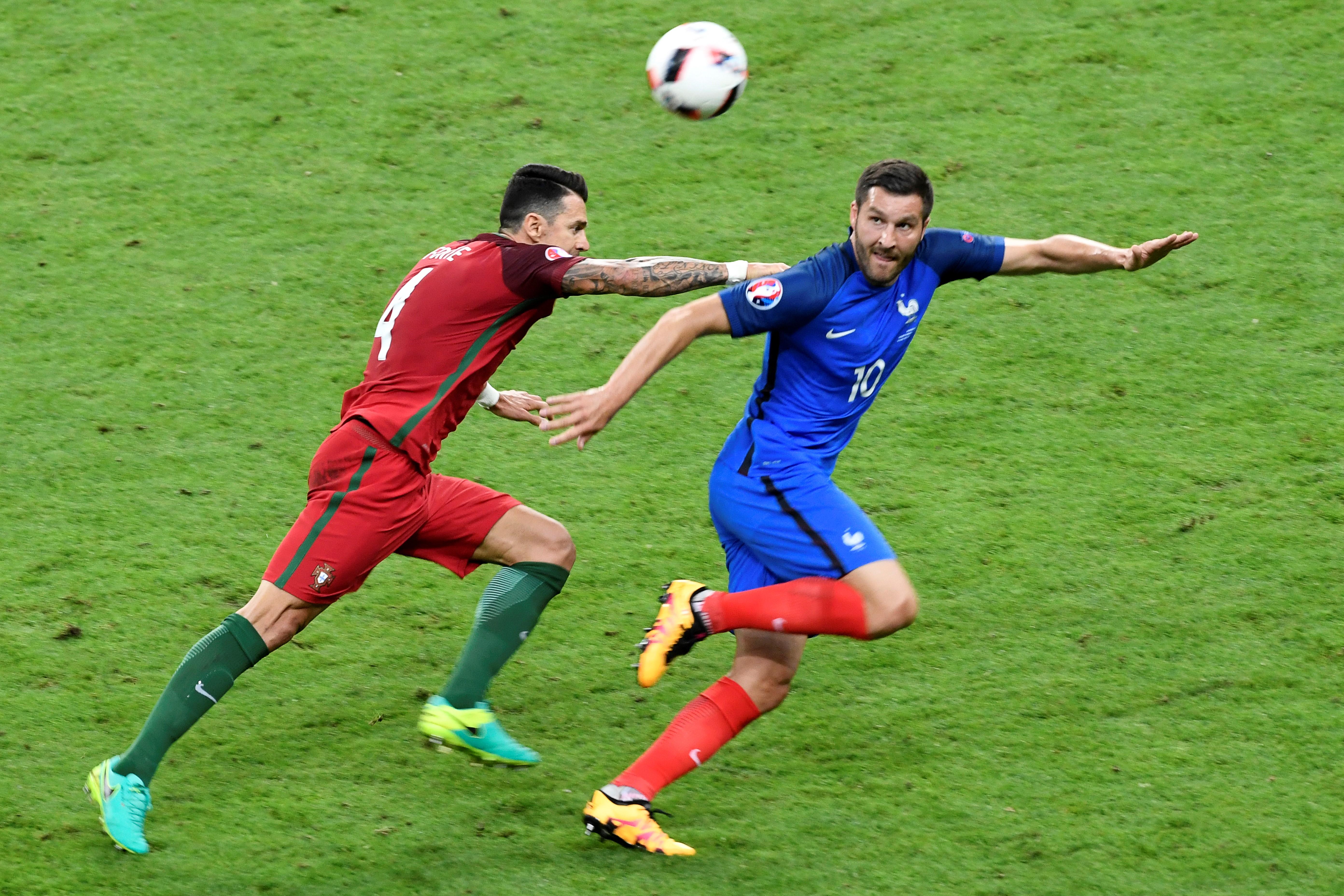 葡萄牙後衛荷西方迪和法國前鋒基格納在比賽中。(MIGUEL MEDINA/AFP)