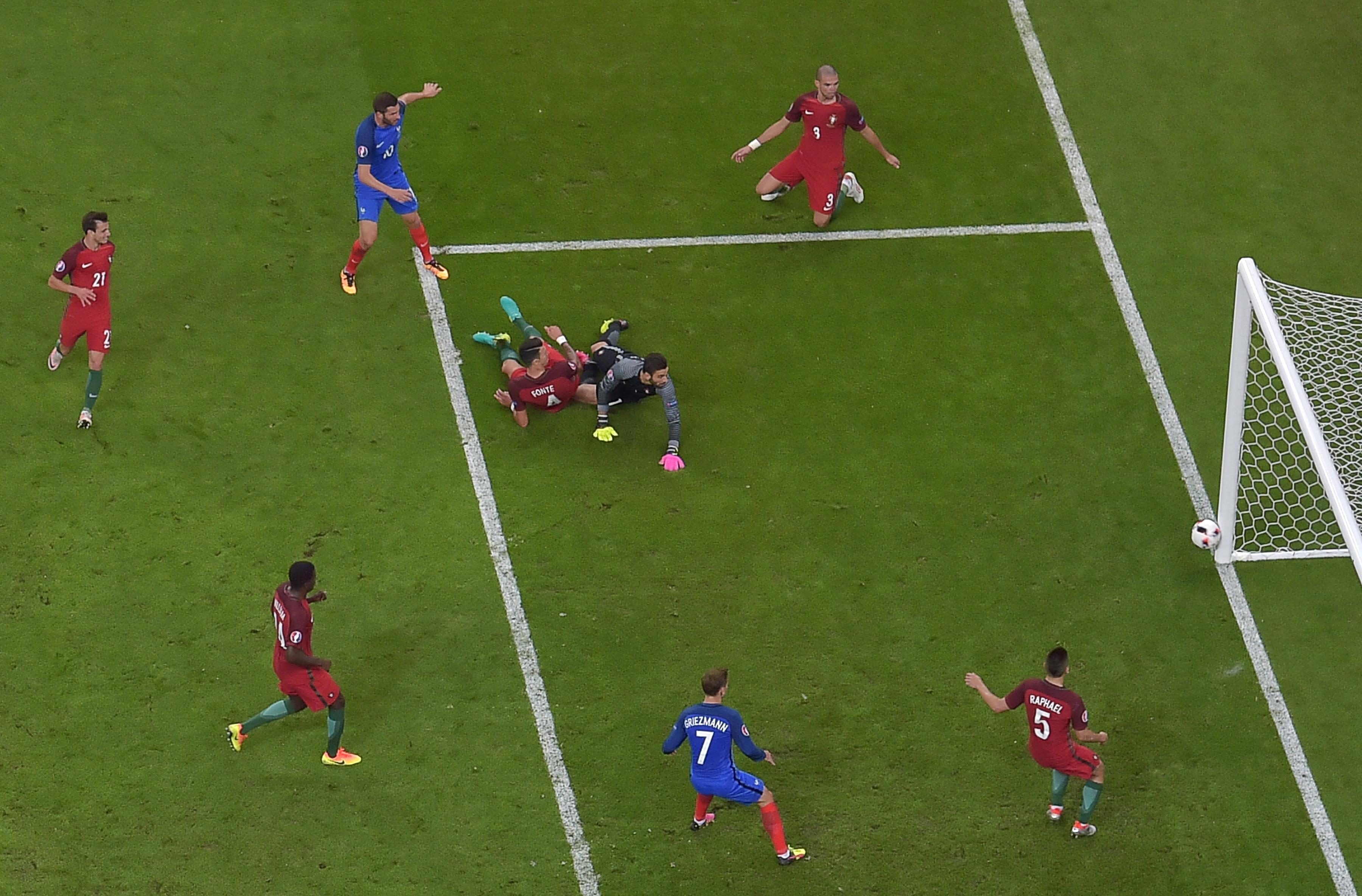 法國前鋒基格納(左上2)射中門柱。(Franck FIFE/AFP)