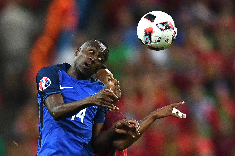 法國的中場球員馬度迪與葡萄牙的前鋒拿尼在比賽中爭球。(FRANCK FIFE/AFP)