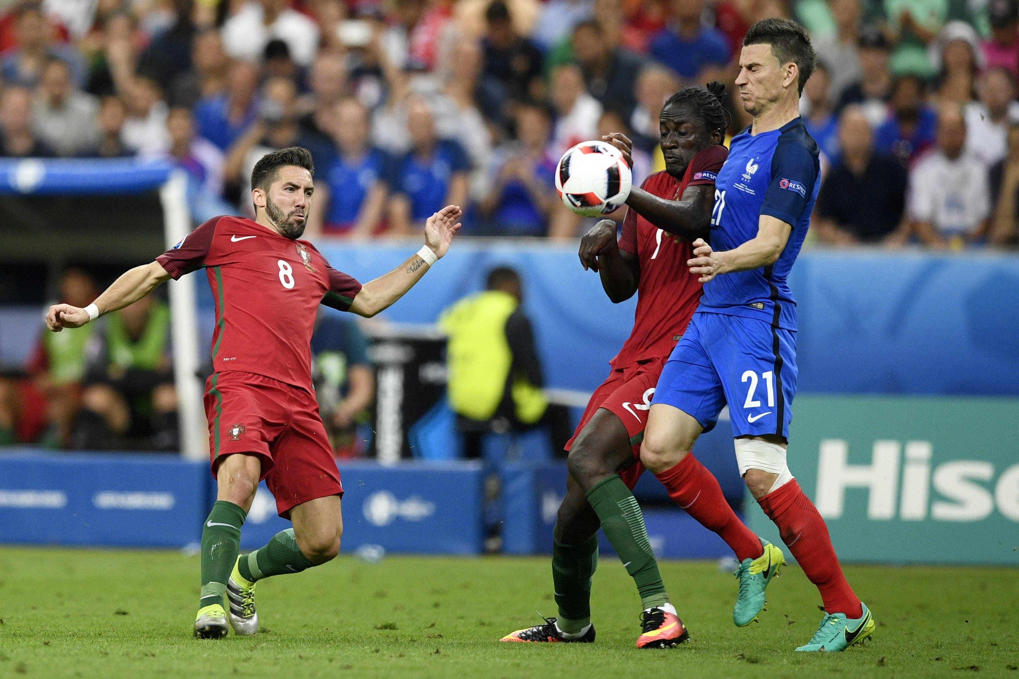 葡萄牙中場球員摩天奴(左)、葡萄牙前鋒艾達盧比斯(中)及法國後衛哥斯尼(右)在比賽中。(MARTIN BUREAU/AFP)