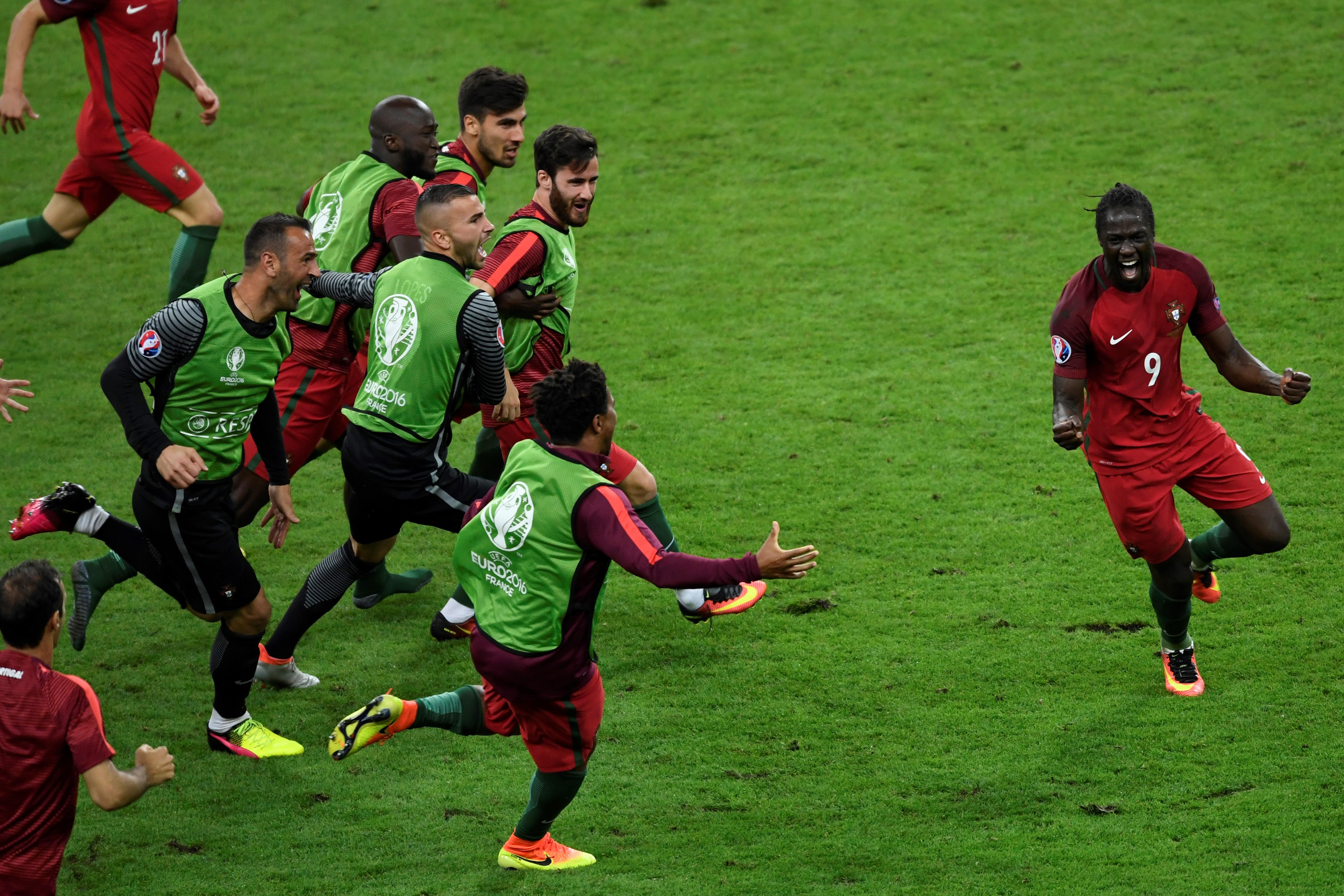 葡萄牙前鋒艾達盧比斯得分後,隊友上前一同慶祝。(MIGUEL/AFP)