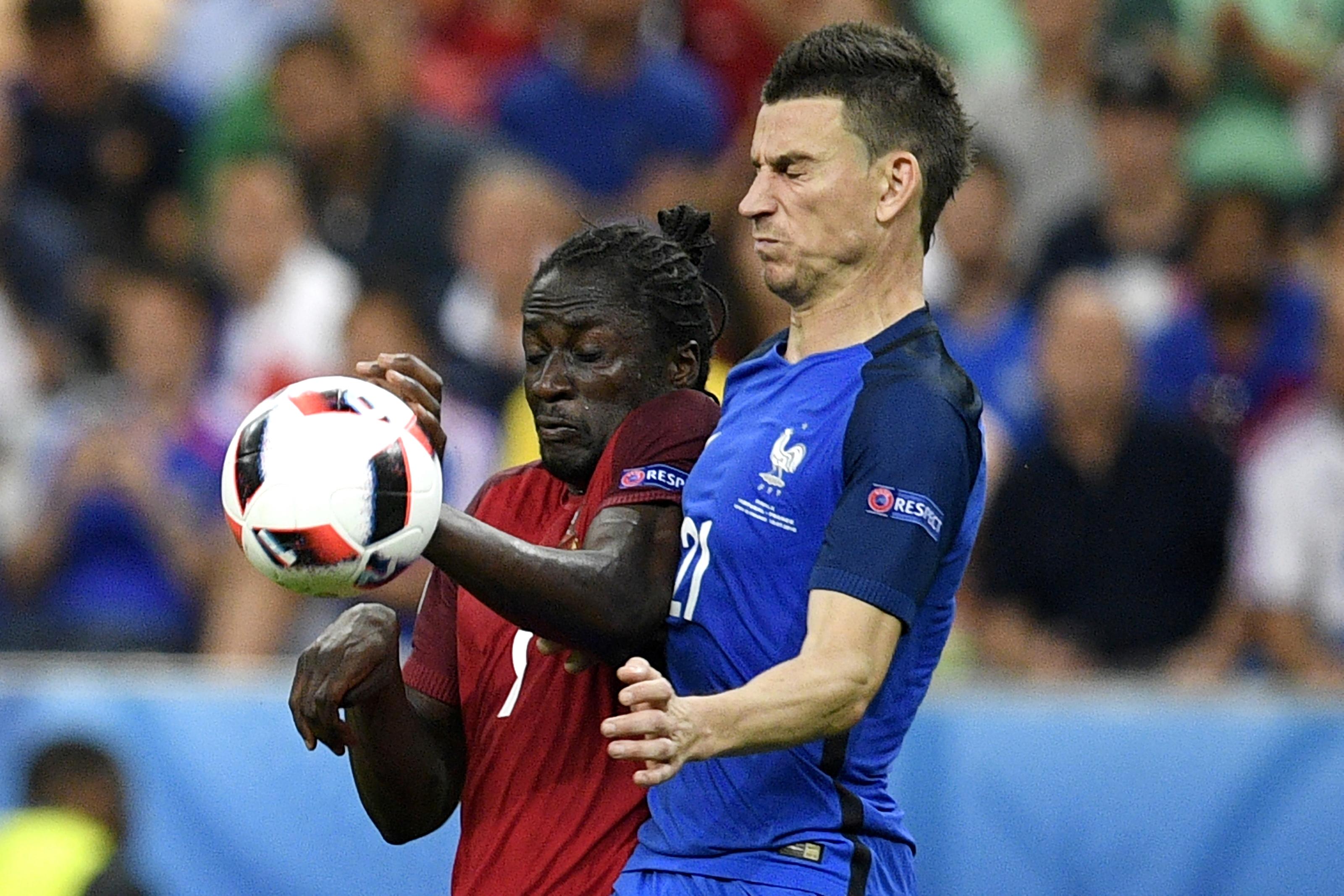 葡萄牙前鋒艾達盧比斯與法國後衛哥斯尼在比賽中爭球。(MARTIN BUREAU/AFP)