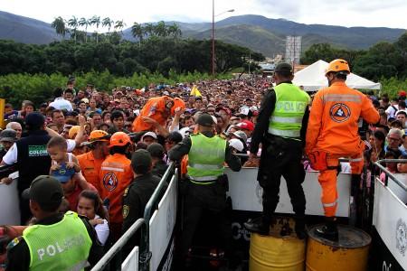 2天内逾12万委内瑞拉人涌入哥伦抢购粮食和医药,不少人彻夜开车,花10小时才抵达边界。(GEORGE CASTELLANO/AFP)