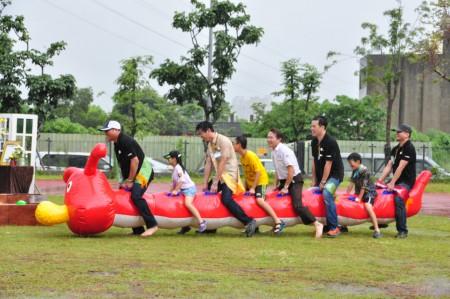 在雨中卖力的毛毛虫趣味竞赛。(赖月贵/大纪元)