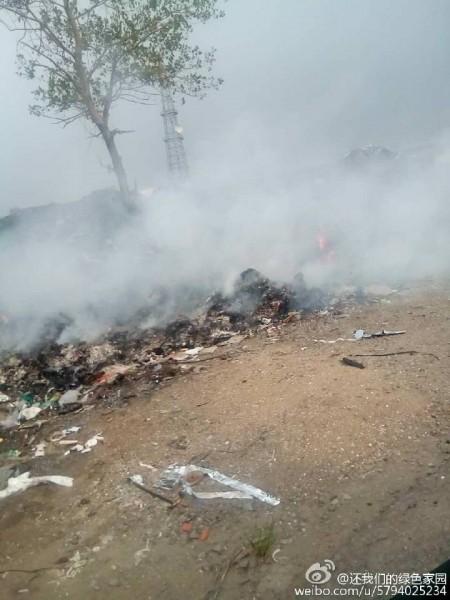 山东青岛即墨市蓝村镇南泉大埠后村有一座大型垃圾场,恶臭与污染令当地村民苦不堪言。自7月13日以来,连续十天,村民轮流到垃圾场路口堵路抗议。(网络图片)