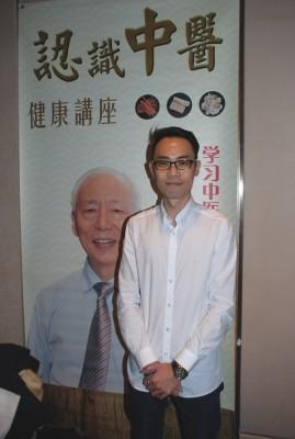 本次講座的贊助商之一Hovid Bhd的代表陳俍龍表示,胡乃文醫師所講到的穴位按摩對他很有幫助。(張建浩/大紀元)