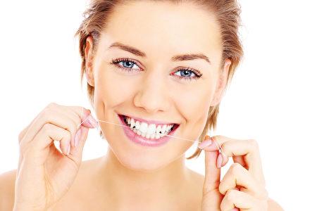 小苏打粉加在牙膏上一起刷牙或者是作为漱口水,都能发挥牙齿美白、口腔清洁效果。(fotolia )