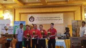 源植勉 (参事警司)頒獎予高爾夫球賽冠軍隊伍[廈門海外華人協會]。源警司支隊伍亦貴為亞軍(主辦方提供)