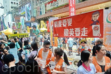 2016香港七一大游行,逾11万市民无惧酷暑走上街头表达对梁振英不满。(余钢/大纪元)