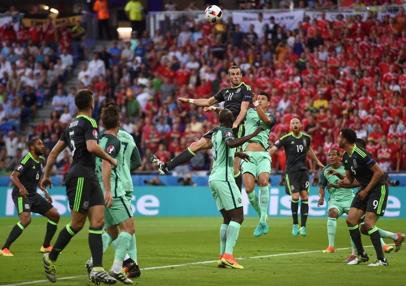 威爾斯前鋒加裏夫巴利在比賽中的頭槌。(PHILIPPE DESMAZES/AFP)