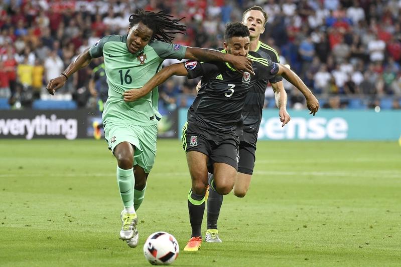 葡萄牙中場連拿度辛捷士和威爾斯後衛尼尼爾泰萊。(PHILIPPE DESMAZES/AFP)