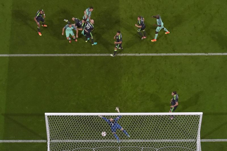 葡萄牙前鋒C.朗(中)入球的一刻。(PHILIPPE DESMAZES/AFP)
