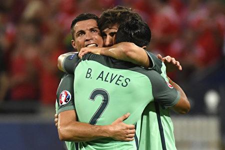 2016年歐洲杯第一場半決賽7月6日在里昂球場展開爭奪,葡萄牙隊以2球輕取威爾斯。圖為葡萄牙前鋒C羅(左)得分後和隊友擁抱。(PHILIPPE DESMAZES/AFP)