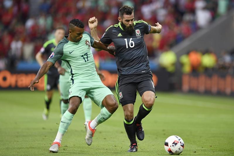 葡萄牙前鋒拿尼與威爾斯中場列特利。(PHILIPPE DESMAZES/AFP)