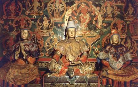 松贊干布(中)與文成公主(右)、赤尊公主(左)的塑像。(維基百科公共領域)