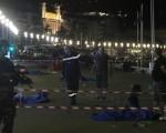 法國慶祝國慶,蔚藍海岸地區城市尼斯民眾看完煙火秀時,1輛卡車衝撞人群,警方表示,這起疑恐攻事件至少造成73人喪生和上百人受傷(法新社提供)。(中央社)